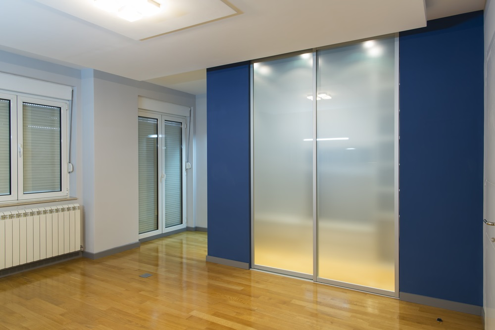 The secret to divide an open-plan space without walls is to use glass partitions.
