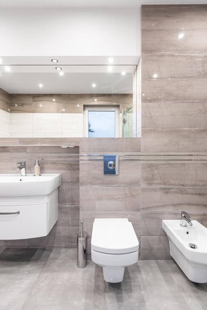 Spacious, High-Gloss Bathroom
