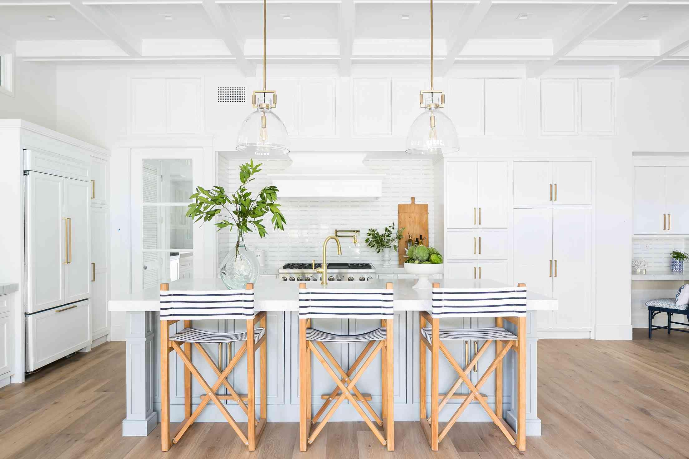 coastal-like dining kitchen area with coastal design elements